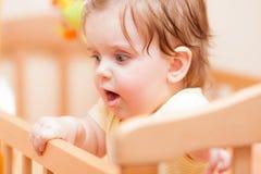 Mały dziecko z hairpin pozycją w ściąga Zdjęcia Royalty Free