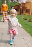 Mały dziewczyna bieg z jej matką outdoors Mum i dziewczyna ma Zdjęcie Royalty Free