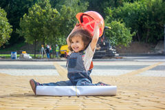 Mały dziewczynka budowniczy z budowa plakatem i hełmem obraz stock