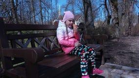Mały dziewczyny łasowania i obsiadania lody zbiory wideo
