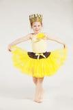 mały dziewczyny kolor żółty obraz royalty free
