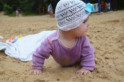 Mały dziewczyny obsiadanie na piasku przy plażą obrazy royalty free