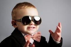 Mały elegancki dżentelmen z okularami przeciwsłonecznymi Zdjęcie Stock