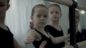 Mały europejski baletniczy tancerz próbuje ruszać się jej ręki gładkie i delikatne Młody baletniczy tancerz skupia się na uczenie zdjęcie wideo