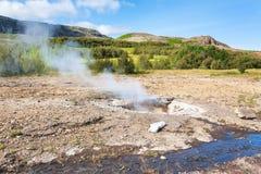 Mały gejzer w Haukadalur gorącej wiosny terenie Obrazy Stock