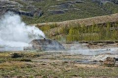 Mały gejzer w Iceland podczas gdy podmuchowa woda Fotografia Royalty Free
