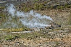 Mały gejzer w Iceland podczas gdy podmuchowa woda Zdjęcie Stock