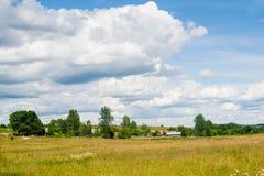 Mały gospodarstwo rolne po środku pola Obrazy Stock