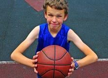 Mały gracza koszykówki narządzanie dla rzucać piłkę Fotografia Stock