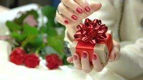 Mały handmade prezenta pudełko w żeńskich rękach zbiory wideo