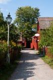 Mały idylliczny drogowy prowadzić szwedzi robi zakupy w starym grodzkim Linkoping obraz stock