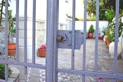 Mały intymny podwórko za bramą Zdjęcie Royalty Free