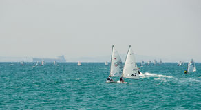 Mały jacht w Czarnym morzu w Pomorie Bułgaria obrazy royalty free