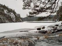 Mały jezioro zakrywający w górach fotografia stock