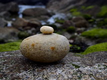 Mały kamień na dużym kamieniu Zdjęcie Royalty Free