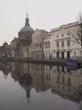 Mały kanał z odbiciem Marekerk kościół w wodzie Zdjęcie Stock