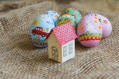 Mały kartonu dom z czerwonym dachem, wielkanoc malował jajka Zdjęcie Royalty Free