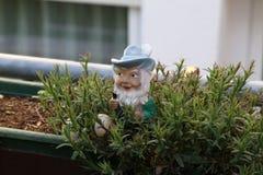 Mały karzeł jako dekoracja w ogródzie fotografia stock