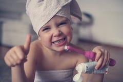Mały Kaukaski dziewczyny muśnięcie jej zęby w łazience Fotografia Royalty Free