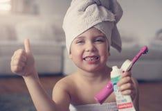 Mały Kaukaski dziewczyny muśnięcie jej zęby w łazience Zdjęcie Royalty Free