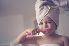 Mały Kaukaski dziewczyny muśnięcie jej zęby w łazience Obrazy Royalty Free