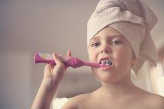 Mały Kaukaski dziewczyny muśnięcie jej zęby w łazience Obraz Stock