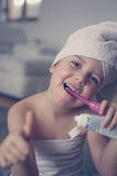 Mały Kaukaski dziewczyny muśnięcie jej zęby w łazience Obrazy Stock