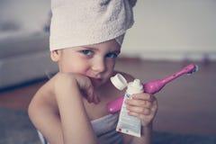 Mały Kaukaski dziewczyny muśnięcie jej zęby w łazience Fotografia Stock