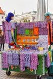 Mały kiosk z tradycyjnymi pamiątkami przy Ryskimi bożymi narodzeniami wprowadzać na rynek Zdjęcia Stock