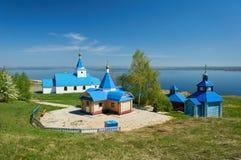 Mały kościół malował z błękitną farbą i niebieskim niebem na słonecznym dniu przeciw tłu morze zdjęcia royalty free