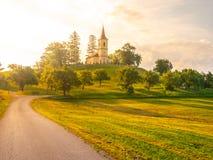 Mały kościół po środku bujny zieleni wiosny krajobrazu na słonecznym dniu St Peter i Pauls kościół przy Bysicky blisko Lazne Zdjęcie Stock