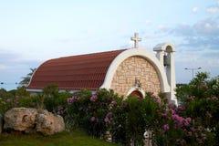Mały kościół przeciw niebieskiemu niebu zdjęcia royalty free