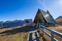 Mały kościół przy Giau przepustką, wysokogórscy dolomity przechodzi przy 2236 metres w Belluno prowinci która łączy wioski Colle  zdjęcie stock