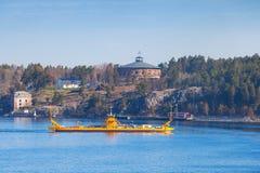 Mały koloru żółtego Ro prom w Szwecja Fotografia Royalty Free