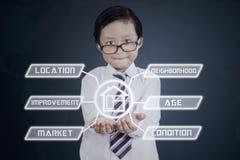Mały konsultant pokazuje wartość nieruchomości fotografia royalty free