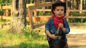 Mały kowboj stawia pistolet w jego holster zbiory