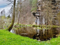 Mały lasowy jezioro z skałą w wiosny naturalnej rezerwie Arba czeski regionu turystycznego Labske piskovce Fotografia Royalty Free