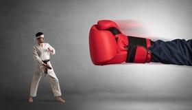 Mały mężczyzna bój z dużą czerwoną bokserską rękawiczką obraz stock