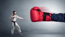 Mały mężczyzna bój z dużą czerwoną bokserską rękawiczką obraz royalty free