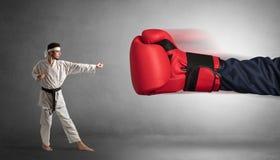 Mały mężczyzna bój z dużą czerwoną bokserską rękawiczką fotografia royalty free