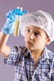 Mały męski dziecko eksperyment z próbnymi tubkami Zdjęcie Royalty Free