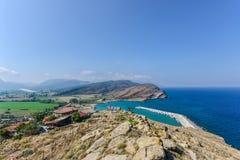 Mały marina dukt z jetty od wzgórza w wyspie zdjęcie royalty free