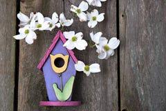 Mały menchii, purpur i koloru żółtego birdhouse na wieśniaku, ono fechtuje się Obraz Royalty Free