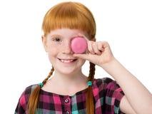 Mały miedzianowłosy dziewczyny zakończenie jeden oko tort Zdjęcie Stock
