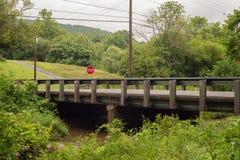 Mały most nad zatoczką z przerwą podpisywać wewnątrz góry obraz stock