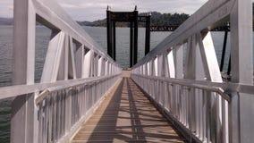 Mały most przy błękitnym jeziorem zdjęcie stock