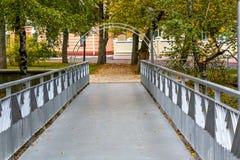 Mały most w miasto parku z łukiem Zdjęcia Stock