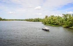 Mały motorowy jachtu żeglowanie w wielkim Holenderskim rezerwacie przyrody Zdjęcia Royalty Free