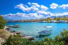Mały naturalny schronienie z zakotwiczającą żeglowanie łodzią, Agios Nikolaos, Crete Fotografia Stock