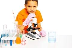 Mały naukowa dzieciak zdjęcie royalty free